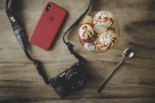 Free Black Dslr Camera, Teaspoon, Ice Cream And Iphone X Stock Image - 111170021