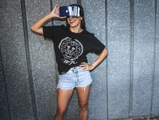 Free Woman In Black T-shirt Standing And Smiling While Using A Virtual Reality Glasses Royalty Free Stock Photography - 111277597