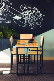 Free Restaurant Table And Chairs Royalty Free Stock Image - 111364646