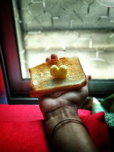 Free Person Holding Toast With Butter On Top Royalty Free Stock Image - 111457366