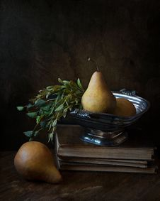 Free Peaches On Footed Bowl Over Book Stock Images - 111457424