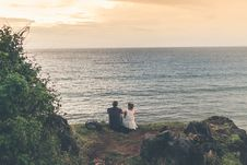 Free Man And Woman Sitting Near Body Of Water Royalty Free Stock Image - 111457536