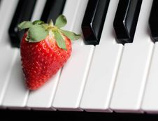 Free Strawberry On Top Of Piano Keys Royalty Free Stock Photos - 111545448
