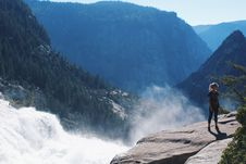 Free Woman Standing Near Mountain Cliff Royalty Free Stock Photo - 111615125