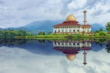 Free White And Red House Reflecting On Body Of Water Under Blue Sky Stock Photography - 111615132