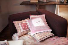 Free Four Assorted-color Throw Pillows On Padded Red Sofa Royalty Free Stock Photo - 111615275