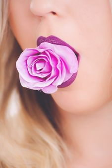 Free Pink Rose Flower On Woman S Mouth Royalty Free Stock Photo - 111685525