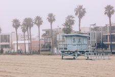 Free Gray Lifeguard House On Beach Royalty Free Stock Photos - 111823638