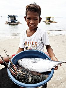 Free Boy Wearing White Crew-neck T-shirt Holding Blue Plastic Basin Full Of Lobster And Fish Stock Photo - 112089890