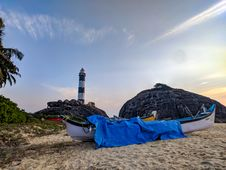 Free White Canoe With Blue Cover On Sand Stock Images - 112184564