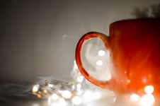 Free Red Mug Beside String Lights Stock Photography - 112301402