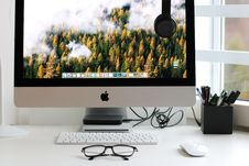 Free Turned On Silver Imac With Might Mouse And Keyboard Stock Photos - 112301513