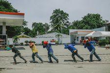 Free Five Men Pulling Black Rope Stock Photo - 112301620