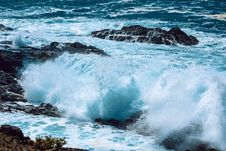 Free Sea Waves With Rocks Royalty Free Stock Image - 112455216