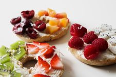 Free Sliced Variety Of Fruits On Round Baked Bread Stock Photos - 112455243