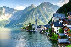 Free Houses Beside Body Of Water And Mountains At Daytime Royalty Free Stock Photos - 112669448