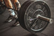 Free Person Lifting Barbell Stock Images - 112738664