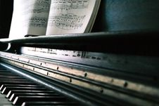 Free Music Sheet On Black Piano Royalty Free Stock Images - 112809399