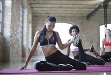Free Woman With Black Sports Bra And Black Leggings Doing Yoga Royalty Free Stock Photo - 112809425