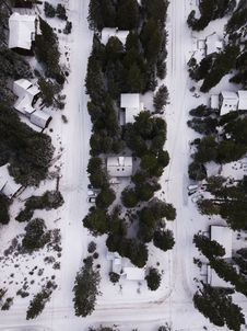 Free Areal Photography Of Snow Covered Houses Surrounded By Green Trees Stock Photo - 112809460