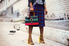 Free Woman Holding Green And Red Leather Handbag Royalty Free Stock Photo - 112809585
