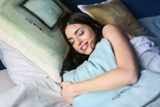 Free Woman Sleeping On White Bed Holding Blue Pillow Royalty Free Stock Images - 112878089