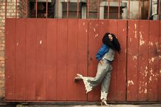 Free Woman Wearing Grey Jumpsuit Standing Beside Brown Metal Gate Royalty Free Stock Photos - 112878178