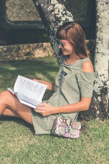 Free Woman In Gray Dress Reading Book At Daytime Royalty Free Stock Photos - 112878188
