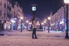 Free Woman Walking On Street Near Light Post During Winter Season Royalty Free Stock Images - 112942599