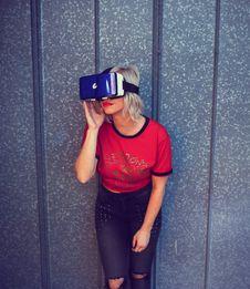 Free Photo Of A Woman Wearing Virtual Reality Headset Stock Image - 113035991
