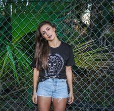Free Woman Wearing Black T-shirt And Blue Denim Shorts Royalty Free Stock Photo - 113036035