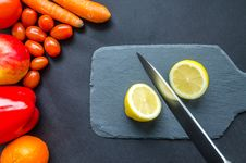 Free Sliced Lemon On Gray Chopping Board Stock Photos - 113036063