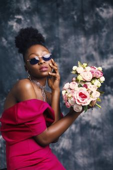 Free Woman Wearing Sunglasses And Posing For Pic With Flowers Royalty Free Stock Images - 113232259