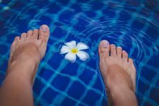 Free Person S Feet On Swimming Pool Royalty Free Stock Photos - 113232288