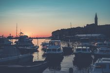 Free Bunch Of Boats On Body Of Water During Golden Hour Royalty Free Stock Photo - 113295005