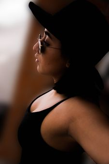 Free Woman Wearing Black Tank Top And Sunglasses Royalty Free Stock Images - 113472729