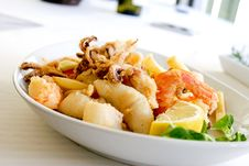 Free Deep Fried Shrimp And Squid With Slice Of Lemon On Ceramic Plate Royalty Free Stock Image - 113472836