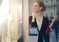 Free Woman Carrying Tote Bags Royalty Free Stock Photography - 113473047