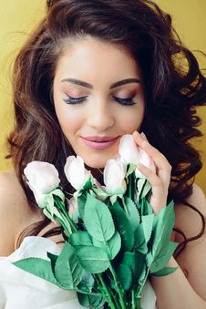 Free Photography Of A Woman Holding White Flowers Royalty Free Stock Photo - 113539955