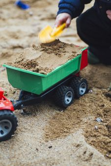 Free Child Playing Sand With Shovel And Truck Toy Royalty Free Stock Images - 113641929