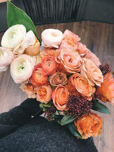 Free White And Orange Roses Bouquet Royalty Free Stock Photos - 113808998