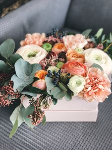 Free White, Orange, And Green Floral Bouquet Decor Royalty Free Stock Photo - 113809025