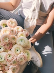 Free Person Holding Bouquet Of Pink And Green Flowers Royalty Free Stock Images - 113809029