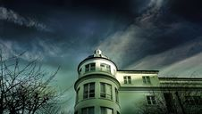 Free White Painted House Under Cloudy Sky Royalty Free Stock Images - 113809119
