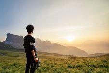 Free Sepia Photography Of Man Wearing Black Sweatshirt Holding Camera Stock Images - 114442934