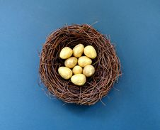 Free White Eggs In Brown Nest Stock Photo - 114510860