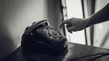 Free Grayscale Photo Of Rotary Telephone Beside Person Hand Royalty Free Stock Images - 114603069