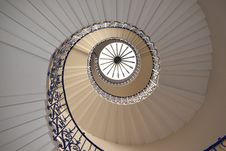 Free White Concrete Spiral Stairway Royalty Free Stock Image - 114603306