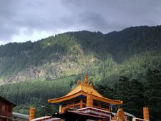 Free Temple Under Green Forest Mountain Royalty Free Stock Photo - 114603335