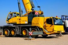 Free Yellow Crane Truck Parked On Brown Field Royalty Free Stock Photo - 114603395